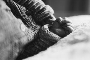mains de bébé à la naissance