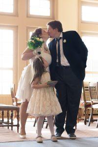 Mariés à la sortie de la mairie