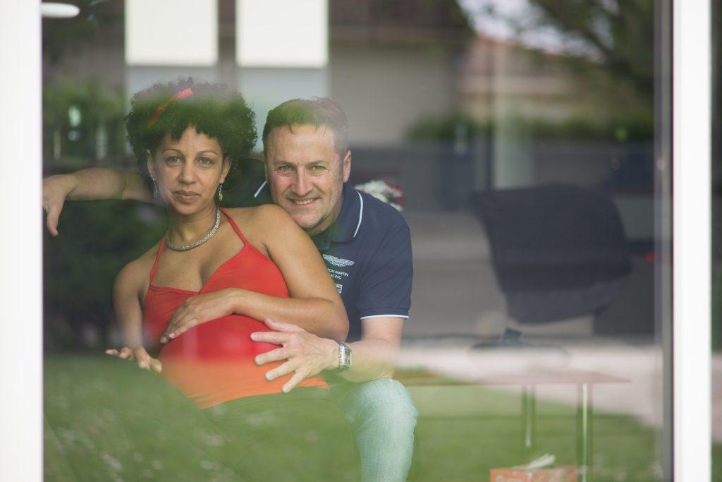 Shooting grossesse enceinte pregnant couple fenêtre window salon