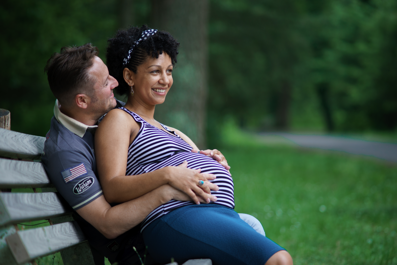 Séance photo grossesse banc couple amoureux