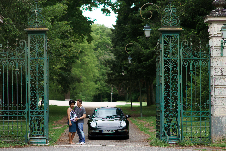 Séance photo grossesse château Loiret Orléans Porsche 911 luxe couple voiture grille