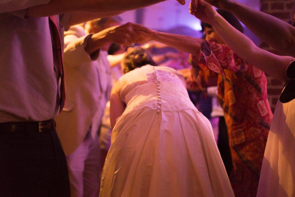 Soirée mariage mariés DJ danse lumière salle amphytrion invités reportage mariée robe rednex cotton eye joe folk
