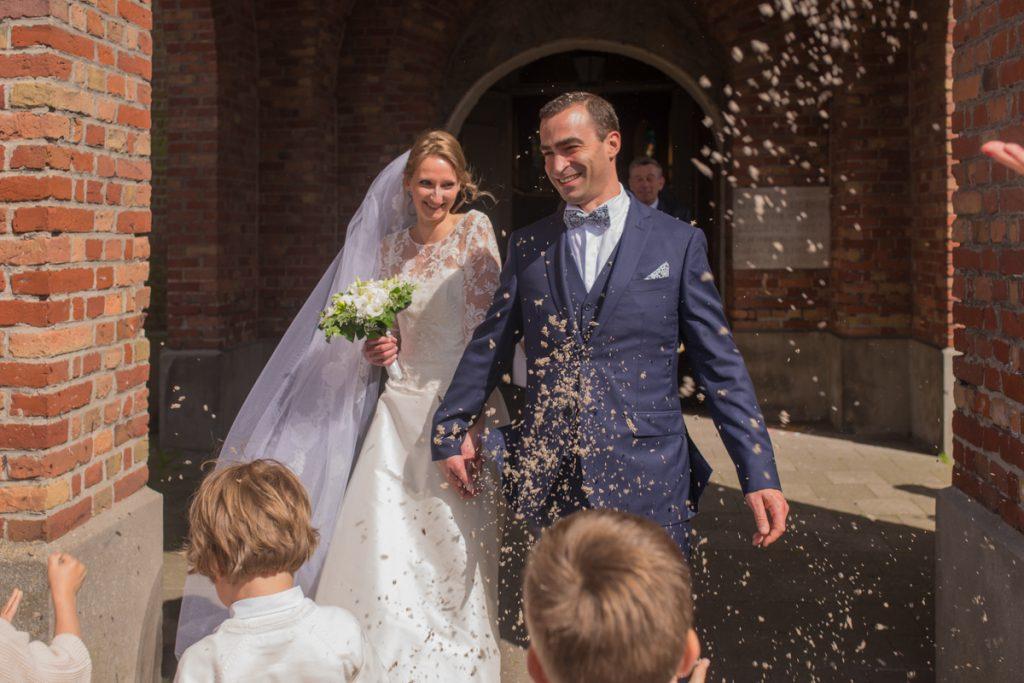 photographe de mariage sortie cérémonie église hem nord lille mariés riz lavande