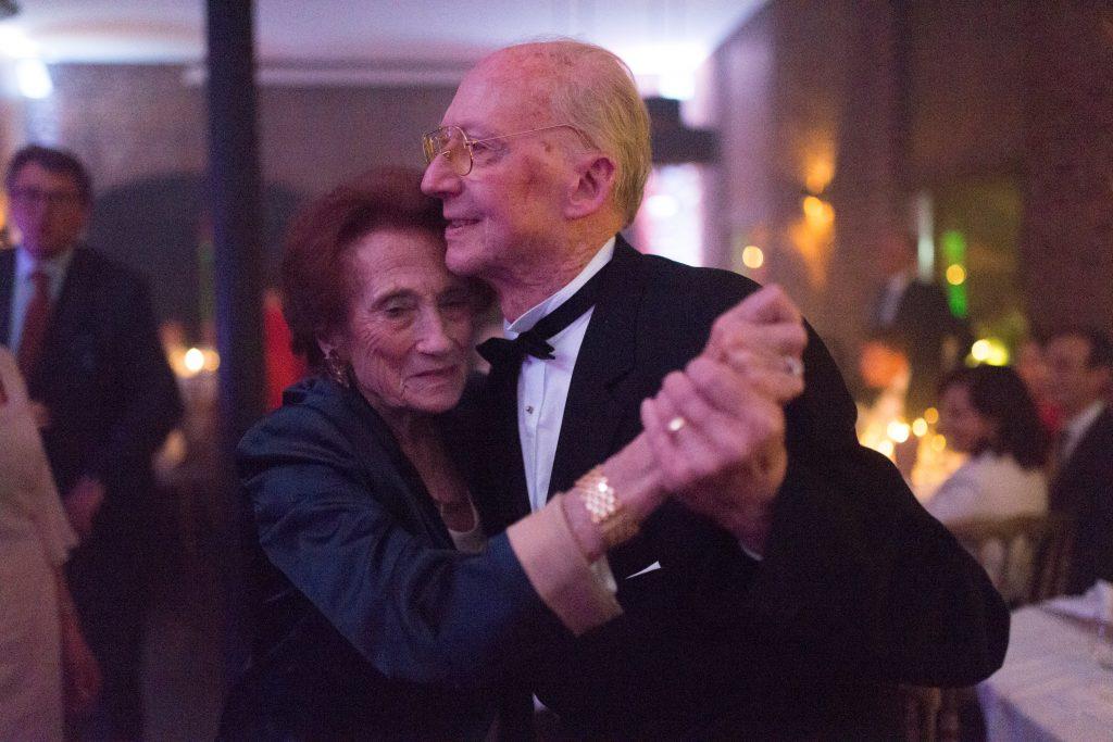 Soirée mariage mariés DJ lumière salle amphytrion invités reportage danse amoureux amour slow âgés vieux grands parents