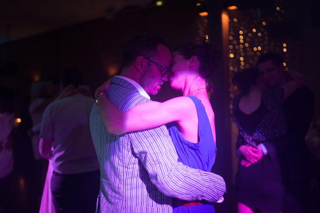 Soirée mariage mariés baiser DJ lumière salle amphytrion invités reportage danse amoureux amour slow
