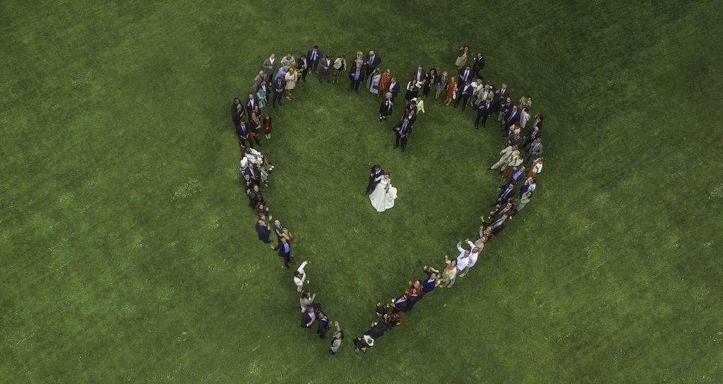 drone coeur vin d'honneur mariage invités amphytrion jardin