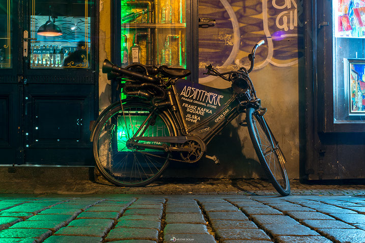 vélo prague république tchèque rue street pavés pose longue lightpainting praha antiquaire