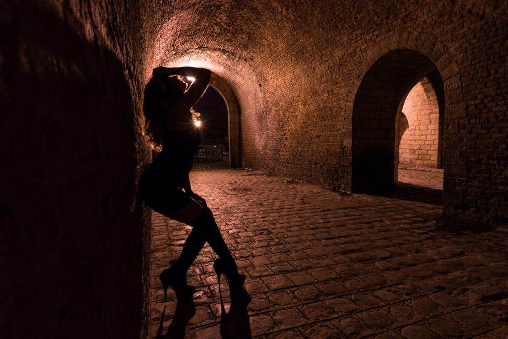 porte de gand lille modèle collaboration pose longue nuit pavés pont silhouette stiletto sunstar profil noir sombre cambrure talons aiguilles pleasers plateformes
