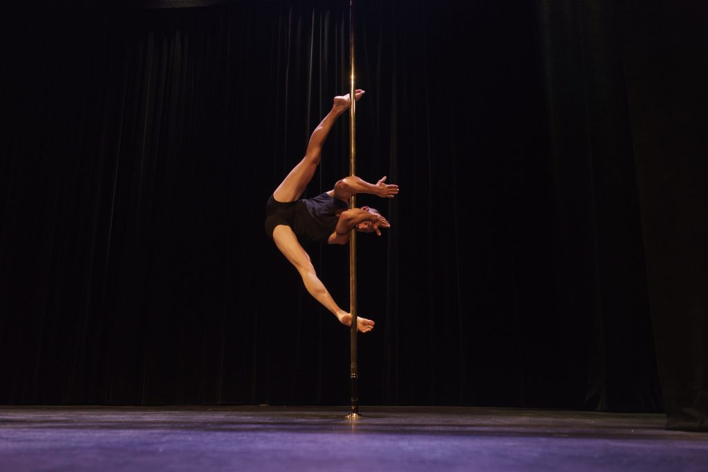 césar viennet split pole sports compétition pole dance 2017 souplesse contorsion show on stage spectacle palais des glaces paris
