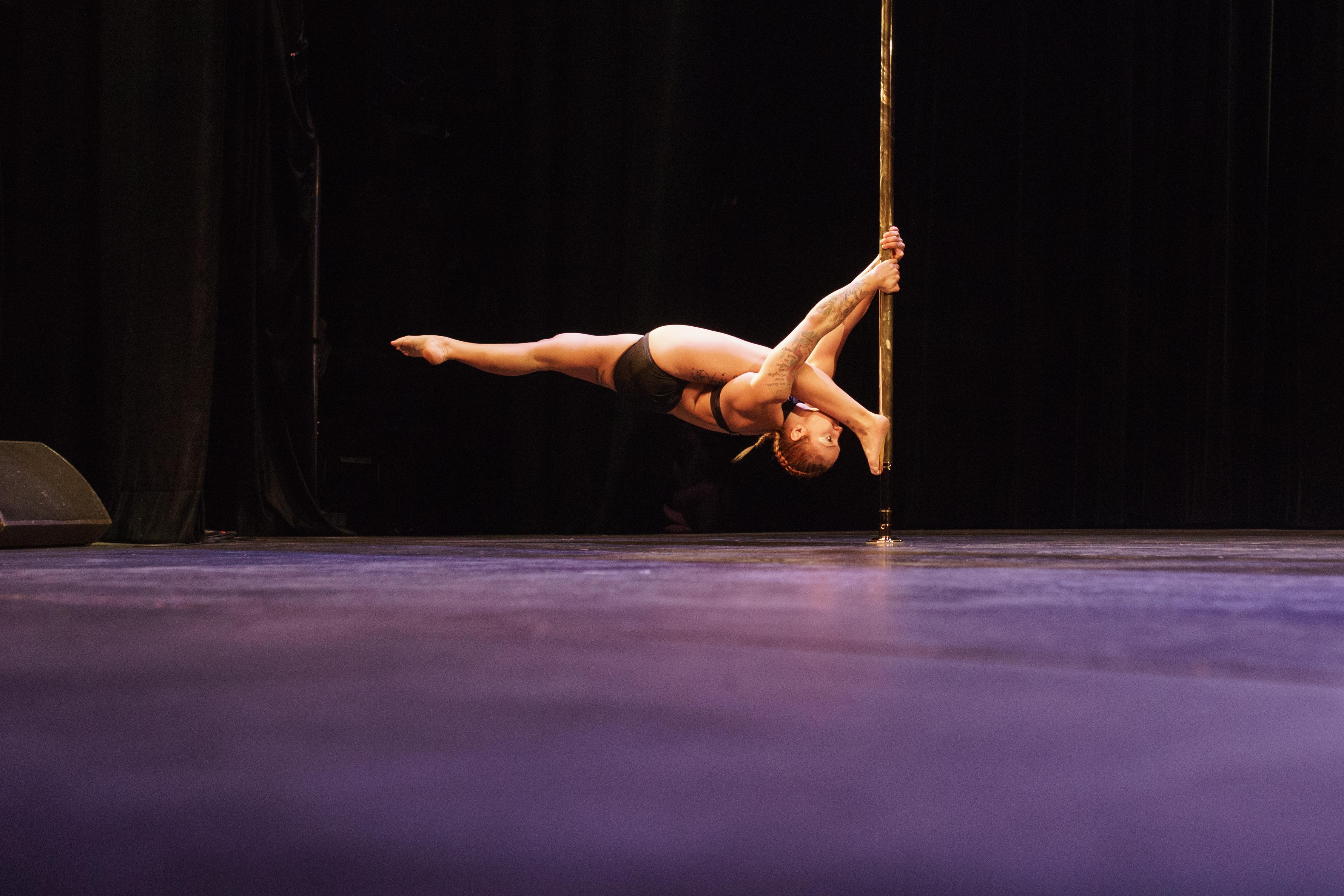 Coralie Père pole sports compétition pole dance 2017 russian split souplesse contorsion show on stage spectacle palais des galces paris