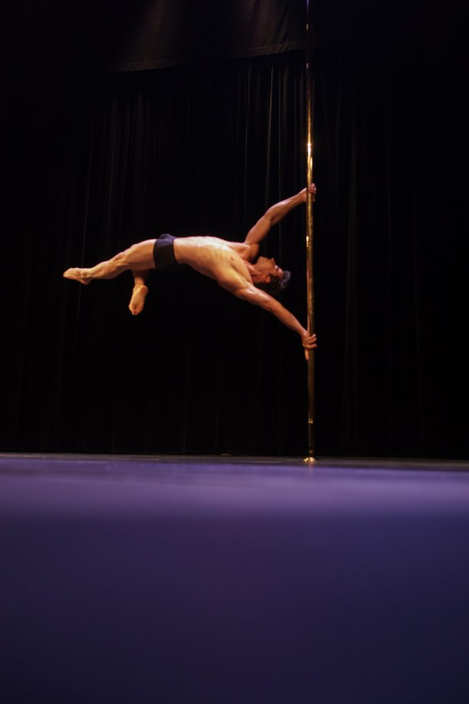 Yannick Diaz planche plank drapeau flag pole sports compétition pole dance 2017 souplesse contorsion show on stage spectacle palais des glaces paris