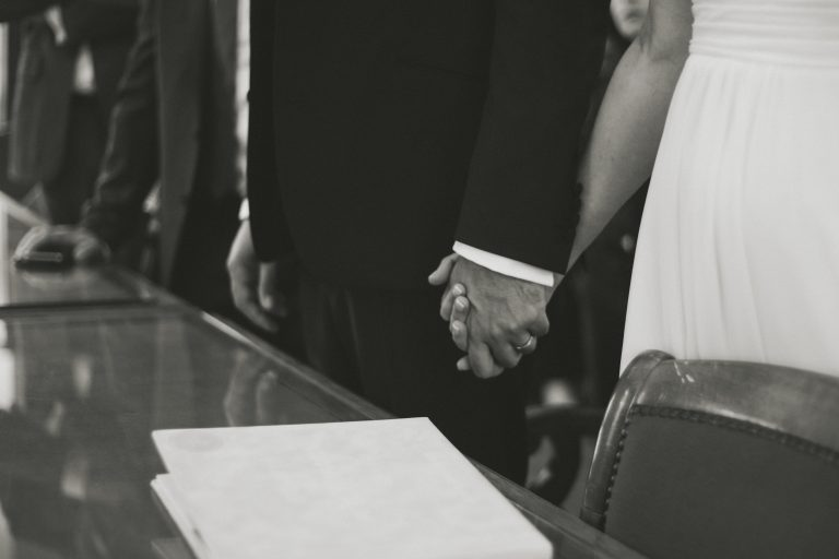 mains mariés émotion