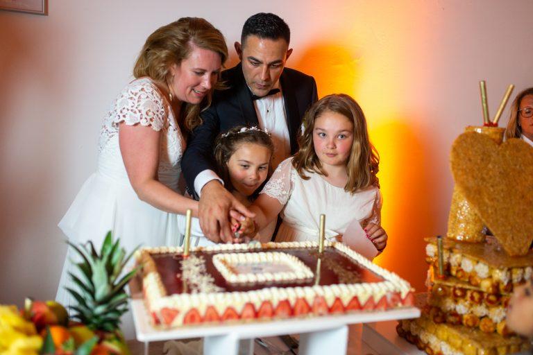 découpage du gâteau mariage famille