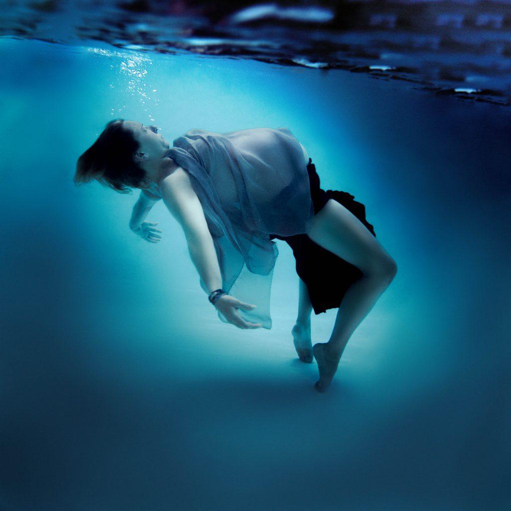 photographe grossesse sous l'eau piscine underwater