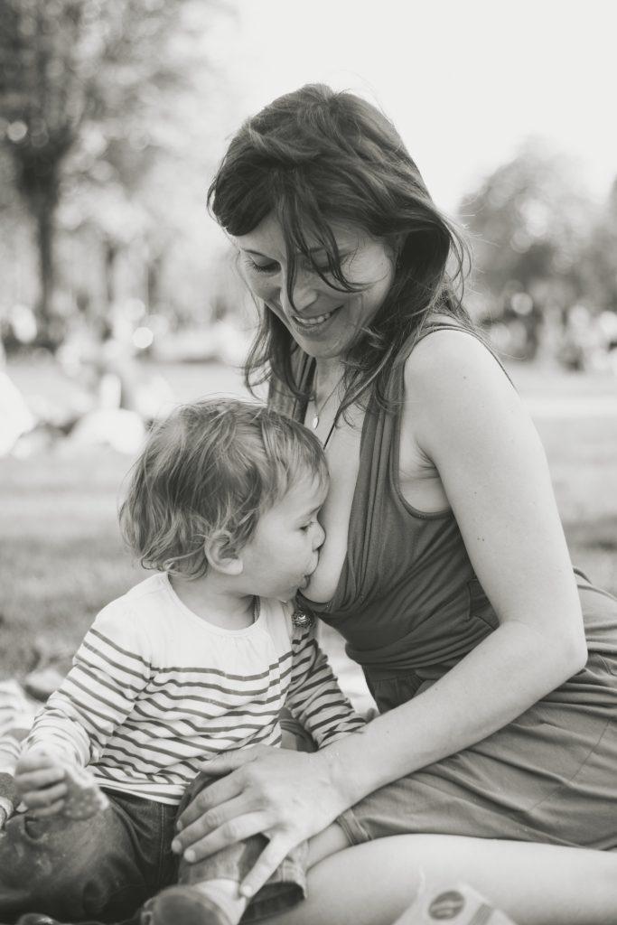 Maternage proximal allaitement bambin mère enfant