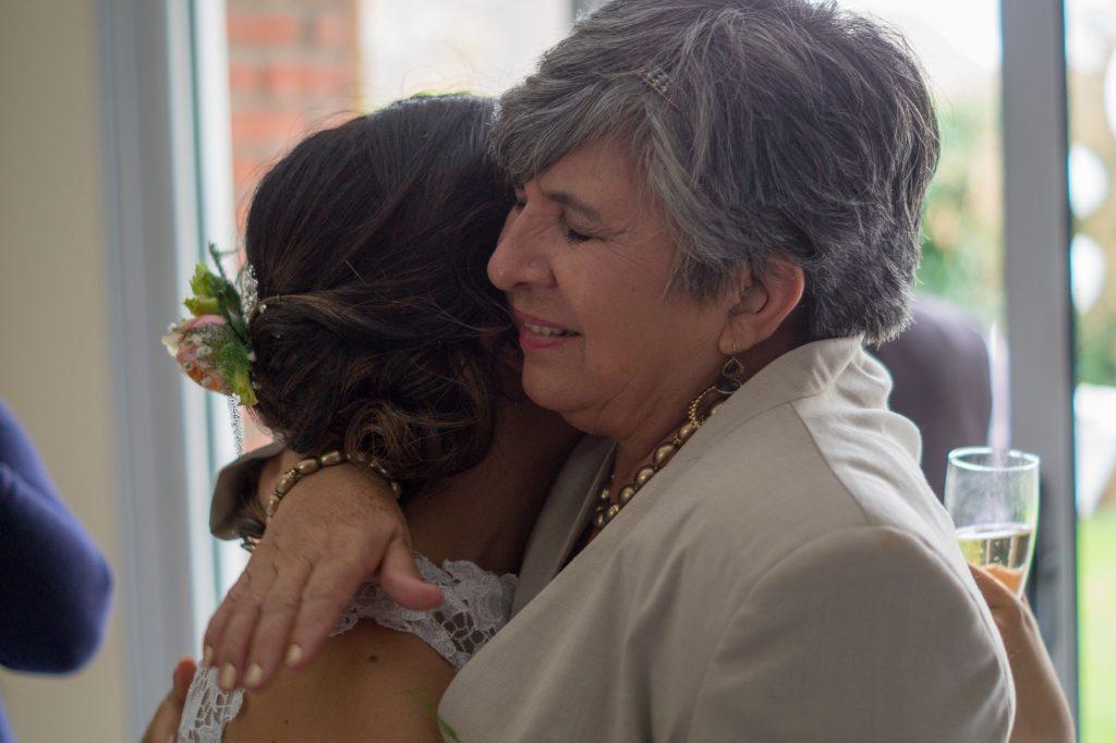 mère de la mariée pleure