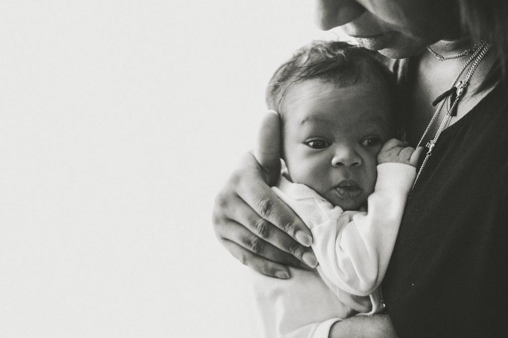 tendresse jeune maman nouveau né