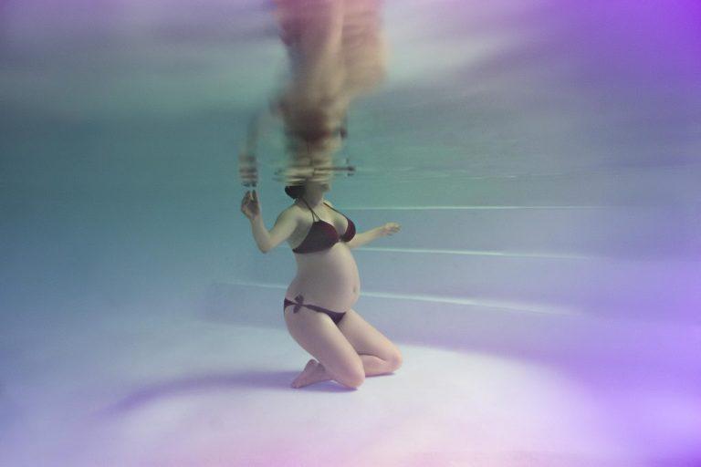 photo grossesse originale sous l'eau underwater piscine