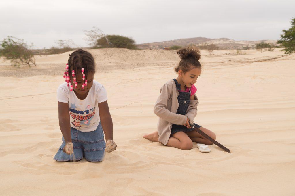 enfants cap verdiens boa vista sable desert viana