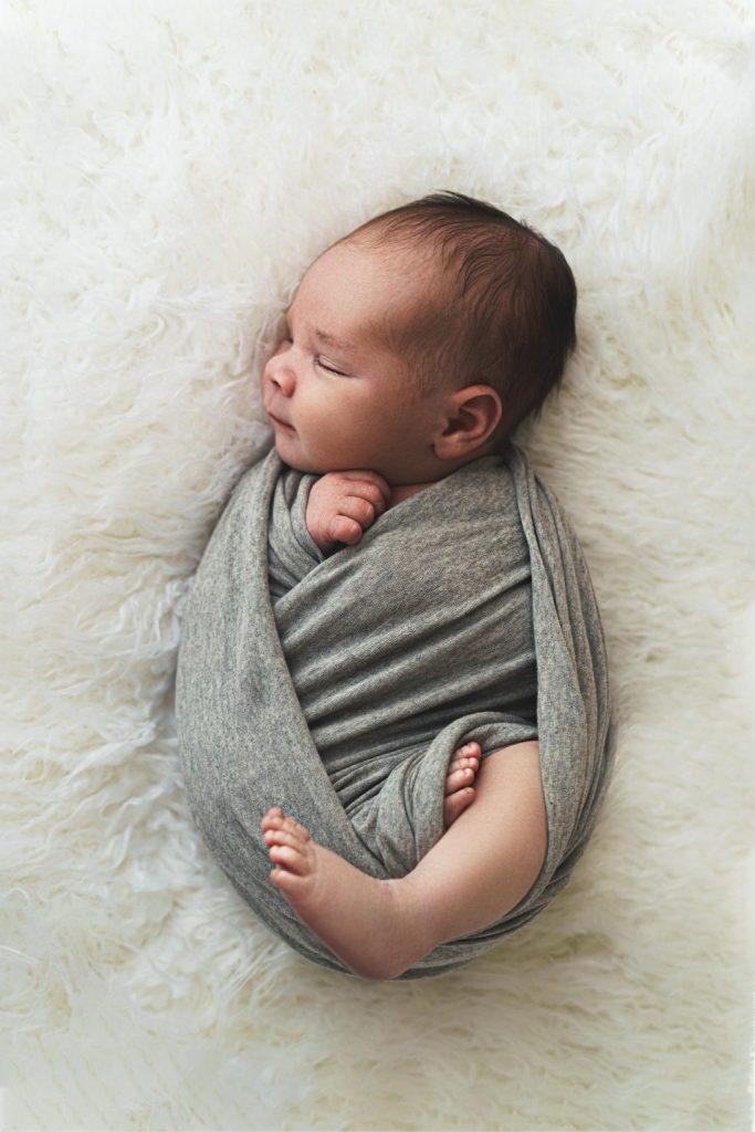 shooting photo bébé naissance nouveau-né emmaillotage
