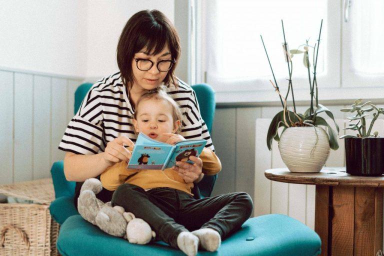 maman lit une histoire à sa petite fille