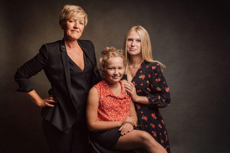 portrait de famille en studio mère et filles