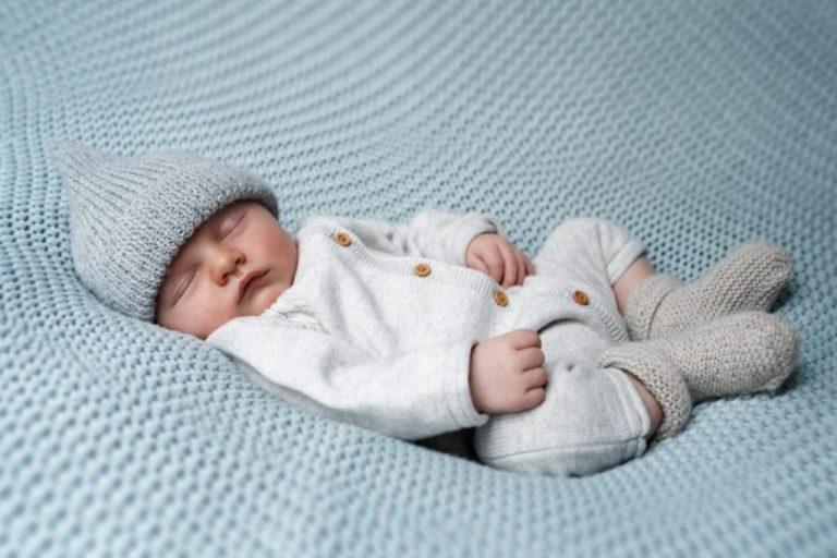 bonnet et chaussons tricotés pour nouveau-né