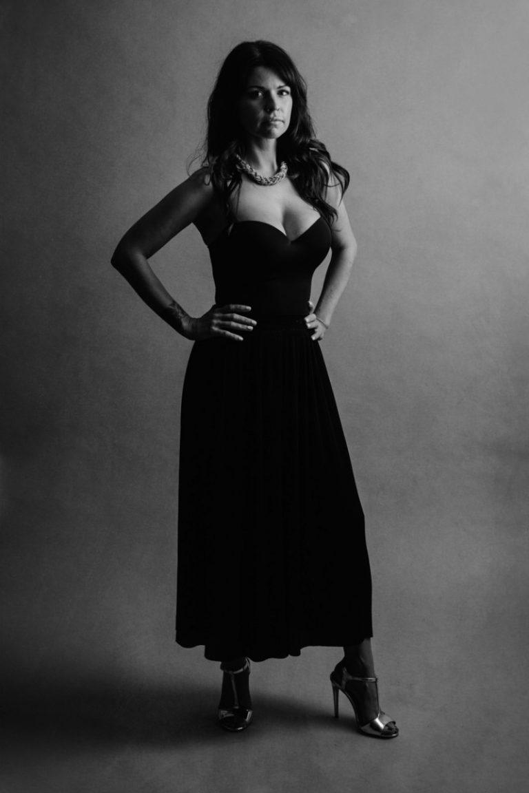 prendre la pose photo mode en noir et blanc