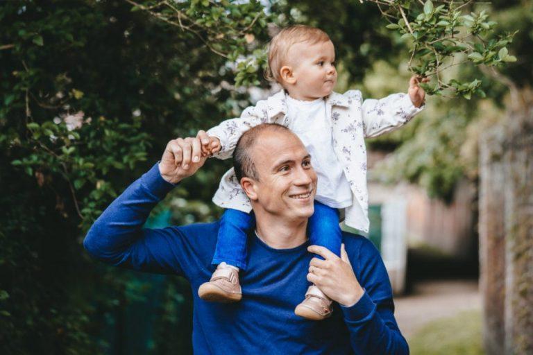 petite fille sur les épaules de son père
